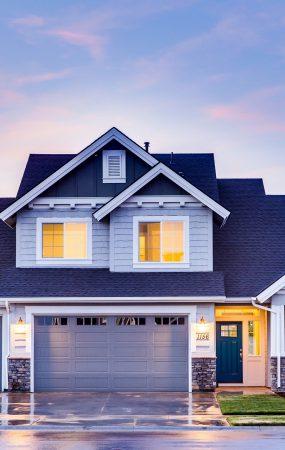 dom na przedmieściach, nowoczesny, w tle widać niebo, prawdopodobnie jest wieczór